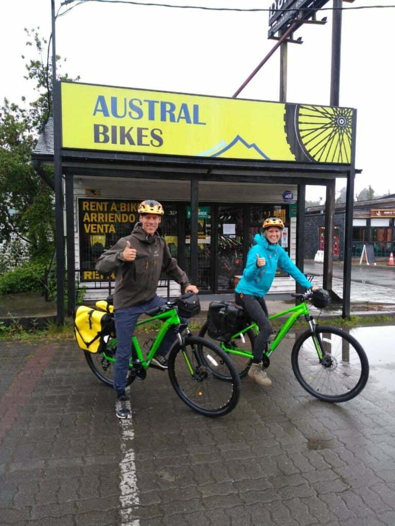 ciclistas afuera de la oficina de austral bikes